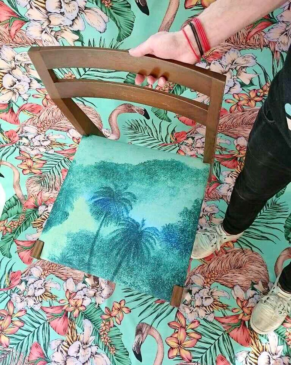 #atelier #tapissier #upholstery #textiles @matthewwilliamson #at @osborneandlittle #chairs #midcentury #flamingo #exotic #flora #cocos #palmiers #palms #colors #graphic #design @ateliervladimirboson @sarathomdlg @jamesthom