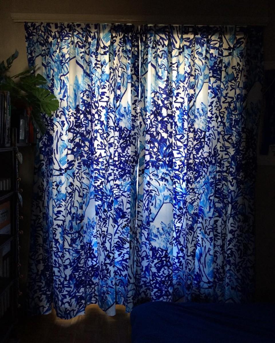 🌿🔵🍃 #posederideaux #rideaux #curtains #courtepointière #textile #thewildforest @clairedequenetain #curtainsareback #blue #colors #lausanne