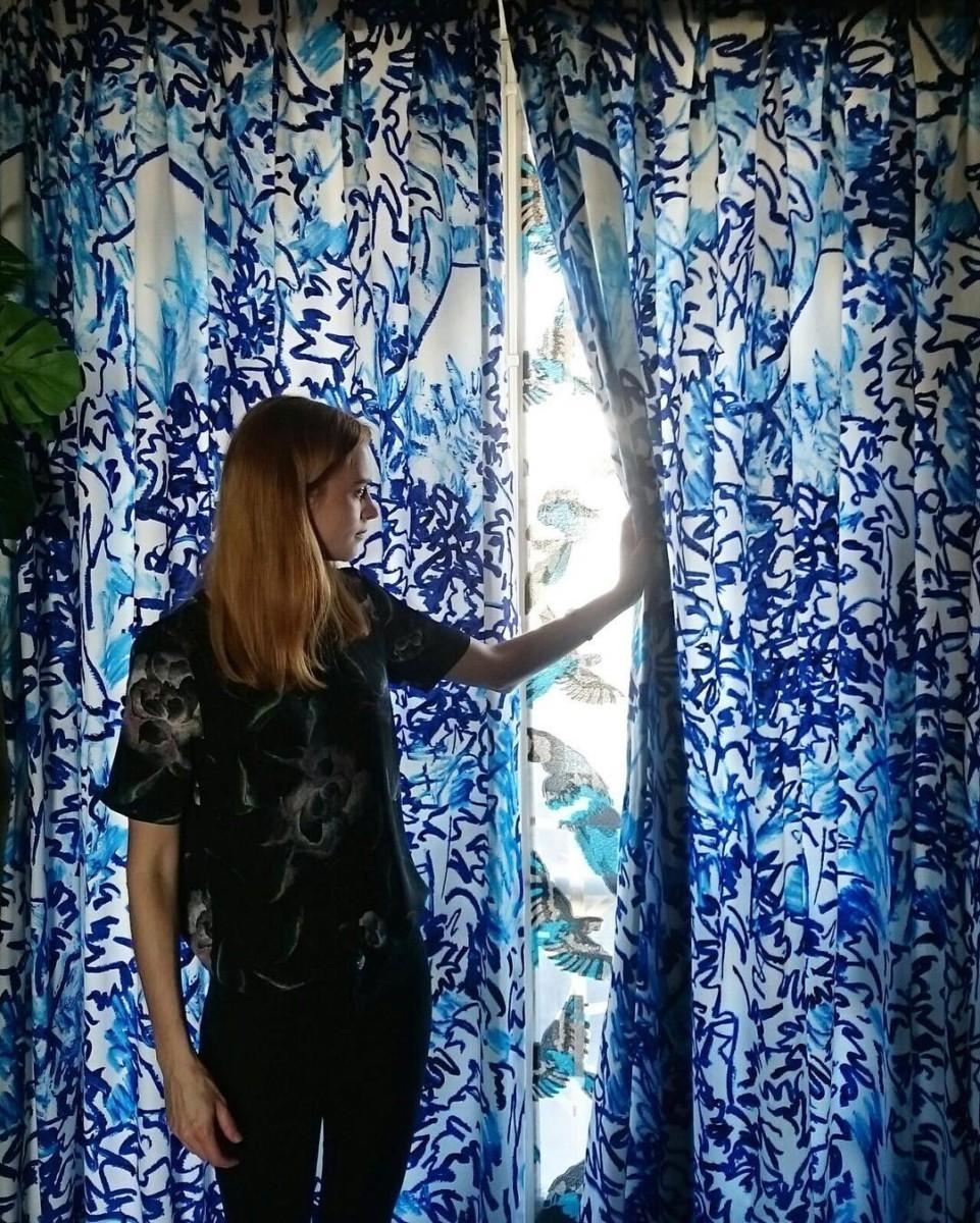 🌿🍃🔵🍃🌿 #posederideaux #lausanne #courtepointière #rideaux #curtains #textile #plants #flowers #thewildforest @clairedequenetain #parot #arinisheer #osborneandlittle #matthewwilliamson #blue #color