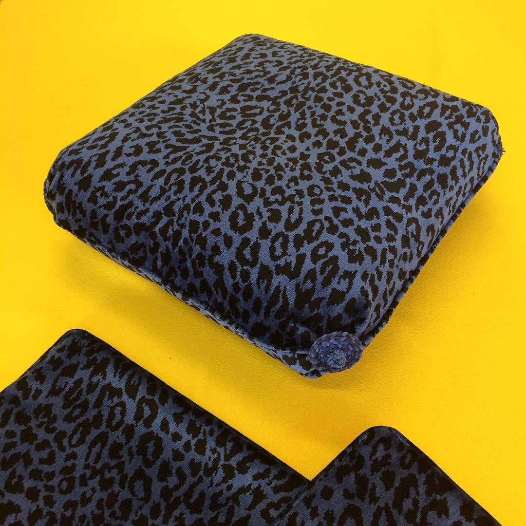 🐆🐆🐆 #atelier #showroom #courtepointière #coussin #cushion #ottoman #textile #velvet #leopard #bleurivegauche #edmondpetit #madeleinecastaing #colors @julien_aubert_interieurs