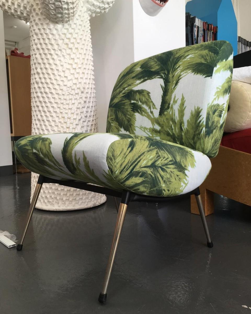 🌴🌴🌴#atelier #tapissier #upholstery #1960 #frenchfurniture #armchair #kiss #pelfran #textile #mauritius #lamaisonpierrefrey #palmtrees #design#realisation @ateliervladimirboson @julien_aubert_interieurs