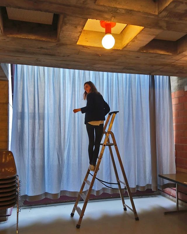 🏃♀️🕷🏃♀️ #posederideaux #atelier #courtepointière #rideaux #curtains #textile #universal @creationbaumann #stadepierredecoubertin #lausanne