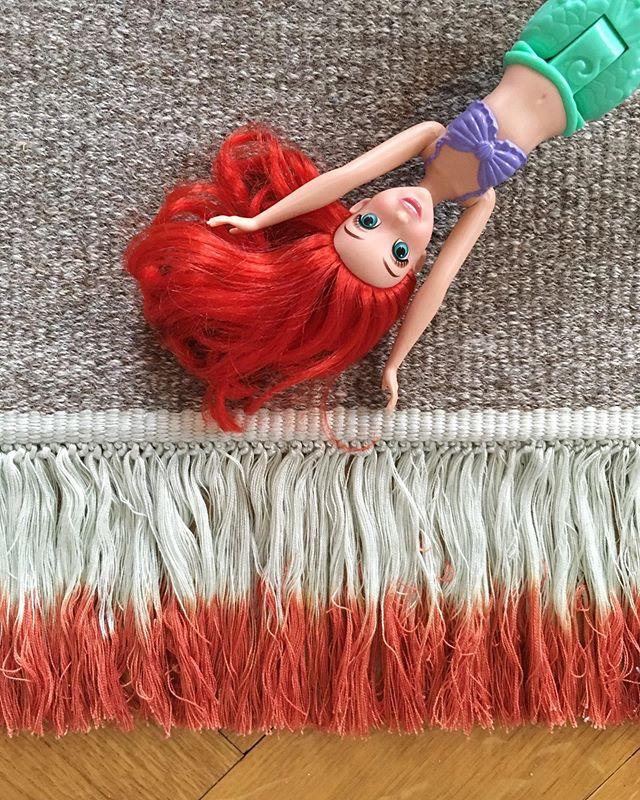 🧜🏻♀️🧜🏻♀️🧜🏻♀️ Nouveau tapis pour la chambre des filles  #tapis #carpet #flux @kvadrattextiles #fringe #gradient #tieanddye #colors #graphic #design @jorganssen