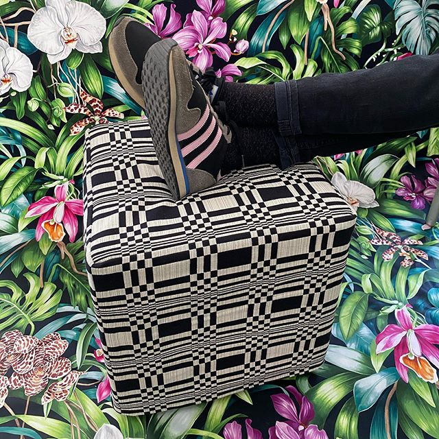 🌸◼️🌿◻️🌺 #atelier #courtepointière #pouf #footstool #footrest #textile @johanna_gullichsen_official #blackandwhite #colors #graphic #design